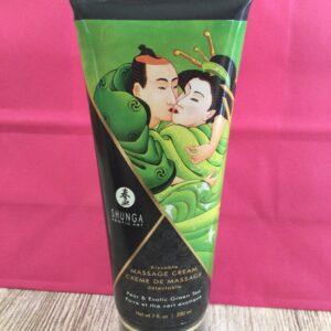 Crema cuerpo a cuerpo con sabor a pera y te verde exótico.